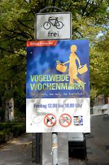 Hinweisschild vom Bezirksamt Hamburg Nord auf dem Wochenmarkt Vogelweide in Barmbek Süd