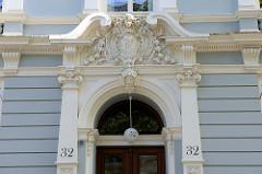 Gründerzeitarchitektur der Hansestadt Hamburg - Kulturdenkmale i im Hamburger Stadtteil Uhlenhorst, Papenhuder Straße; Eingang mit aufwändigem Stuckdekor, erbaut 1897.