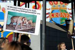 Tierschützer protestieren mit  Mahnwachen gegen die Dressur und Manegenauftritt von Wildtieren beim Hamburger Gastspiel vom Circus Krone - Schild 90 Minuten Unterhaltung für Euch, ein Leben lang Gefangenschaft für uns.