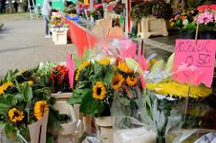 Blumenstand mit frischen Schnittblumen  / Sonnenblumen  auf dem  Wochenmarkt in der Hermann-Balk-Straße von Hamburg Rahlstedt; da er bei der U-Bahn-Station Berne liegt wird er auch Berner Wochenmarkt genannt.