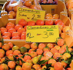 Wochenmarkt Quedlinburger Weg im Hamburger Stadtteil Niendorf - Obststand mit Clementinen.