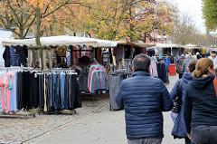 Marktstände mit Bekleidung auf dem Wochenmarkt in der Möllner Landstraße in Hamburg Billstedt.