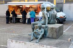 Kunst im öffentlichen Raum; Bronzeskulptur zwei Frauen mit Kind,     auf dem  Wochenmarkt Bei den Höfen in Hamburg Jenfeld.