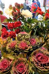 Blumenstand auf dem Wochenmarkt in der Großen Bergstraße, Stadtteil Hamburg Altona / Altstadt.