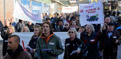 Aktionstag der überparteilichen Sammlungsbewegung Aufstehen - r Demonstration mit dem Motto Würde statt Waffen in der Ottenser Hauptstraße von Hamburg Altona. Transpart mit der  Aufschrift  Ursel ick schenk di einen Panzer.