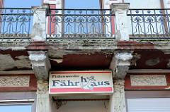 Renovierungsbedürftiger Balkon mit Jugendstileisengitter am Wohnhaus mit Gaststätte in der Straße Müggenburg   im Hamburger Stadtteil Finkenwerder.  Wohnhaus mit Gaststätte wurde 1895 errichtet und steht unter Denkmalschutz.