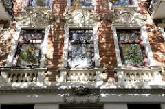 Denkmalgeschütztes Etagenhaus im Compeweg von Hamburg-Harburg - errichtet 1892. Mit Stuck und Säulen aufwändig verzierte Hausfassade, über dem Eingang eine Putte / Engelskopf mit der Reliefschrift SALVE.