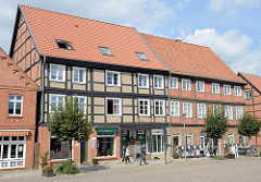 Historische Wohn- und Geschäftshäuser am Markt von Boizenburg/Elbe; die Gebäude stehen als Kulturdenkmal der Stadt unter Denkmalschutz.