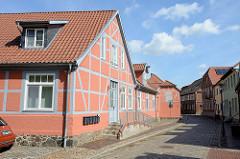 Baudenkmal in der Mühlenstraße von Boizenburg/Elbe; historisches Wohnhaus mit Nebengebäude -  farblich abgesetzte Fachwerkkonstruktion.