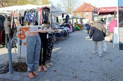 Marktstände auf dem Wochenmarkt in Hamburg Finkenwerder, Finksweg.