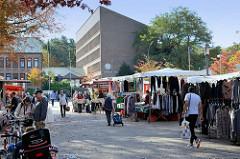 Marktstände auf dem Wochenmarkt im Hamburger Stadtteil Neugraben-Fischbek.