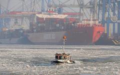 Winter in Hamburg - Barkasse im Treibeis auf der Elbe.