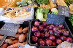 Gemüsestand u.a. mit roten Zwiebeln und Süßkartoffeln auf dem Wochenmarkt im Hamburger Stadtteil Neuallermöhe.