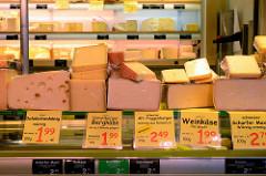 Marktstand mit Käse auf dem Wochenmarkt am Moorhof im Hamburger Stadtteil Poppenbüttel; u.a. Weinkäse und scharfer Max.