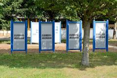 Informationsschilder zum Elbberg-Musuem in Boizenburg/Elbe. Am Ortsausgang der Stadt existiert eine Baracke vom ehemaligen Außenlager des KZ Neuengamme, in der jetzt eine Ausstellung zum Schicksal der KZ Häftlinge und zur Zwangsarbeit auf der Elbewer
