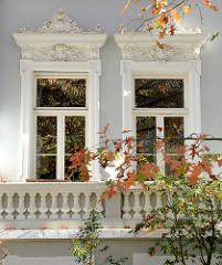 Fenster eines Zweifamilienhaus in der Ernst Eger Straße von Hamburg-Harburg, das Gebäude dem aufwändigen Fassadendekor steht als Kulturdenkmal der Hansestadt Hamburg unter Denkmalschutz. Der Architekt des 1899 gebauten Hauses war Emil Schröder.