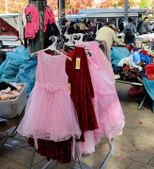 Marktstand auf dem Wochenmarkt in Hamburg Wilhelmsburg / Stübenplatz. Stand mit Bekleidung - Kinderkleider.