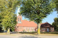 Martin Luther Kirche in Trittau, evangelische Pfarrkirche; ursprünglich errichte 1239 - mehrere Umbauten. 1888 wurde der heutige Turm nach einem Entwurf von Otto Pieper errichtet, 1911 ein neuer Chor-Bau nach einem Entwurf von Fernando Lorenzen.