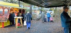 Marktstände auf dem Wochenmarkt am Berner Heerweg im Hamburger Stadtteil Farmsen Berne.