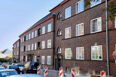 Baudenkmal in der Mergellstraße von Hamburg Harburg, der Siedlungsbau wurde 1928 errichtet. Die jetzt denkmalgeschützten Wohngebäude wurden von den  Architekten Eduard und Ernst Theil entworfen. Den Fassadenschmuck / keramischen Bauschmuck hat Richa