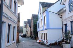 Blick in die schmale Straße Auedeich, Wohnhäuser im Hamburger Stadtteil Finkenwerder.