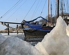 Bilder Hamburgs Winter - blauer Himmel, Eisschollen.