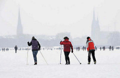 Hamburg im Winter - Skilanglauf auf dem Schnee der vereisten Alster.