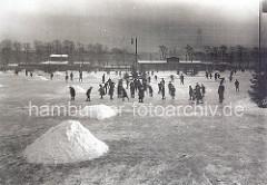 Eisbahn auf der zugefrorenen Aussenalster - historische Fotos aus Hamburg.