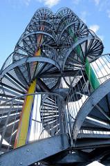 Fleetplatz im Hamburger Stadtteil Neuallermöhe, Wendeltreppen und bunten Rohre der sogenannten Zuckerstangen. Ein Kunstprojekt des Stadtteils, das als begehbares Kunstwerk hat eine Höhe von 25 m hat -  Künstler Michael Dörner.