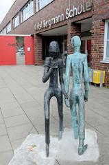 Eingang der Gretel Bergmann Schule in Hamburg Neuallermöhe; Bronzeskulptur Erste Begegnung, Künstler Walter Boiger - 2014.