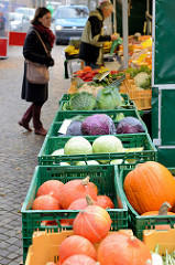 Gemüsestand   auf dem Wochenmarkt in der Wedeler Landstraße in Hamburg Rissen.
