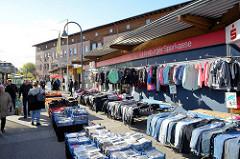 Marktstand mit Kleidung auf dem Fleetplatz - Wochenmarkt in Hamburg Neuallermöhe.
