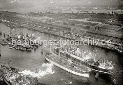 Luftbild vom Hamburger Segelschiffhafen - Großsegler Pamir + Parma; ca. 1930.  An den Dalben im Segelschiffhafen die beiden Frachtsegler Pamir (lks.) und Parma - die Ladung der Viermastbark Pamir wird gerade gelöscht - Schuten liegen längsseits.