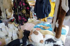 Marktstand mit Kleidung auf dem Wochenmarkt am Moorhof im Hamburger Stadtteil Poppenbüttel.