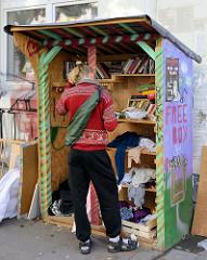 Bilder aus dem Reiherstiegviertel in Hamburg  Wilhelmsburg, Free box zum Tausch von Büchern und Kleidung im Vogelhüttendeich.