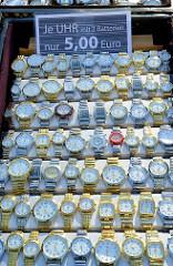 Marktstand mit Uhren auf dem Wochenmarkt in der Großen Bergstraße, Stadtteil Hamburg Altona / Altstadt.