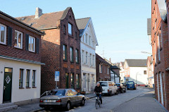 Historische Wohnhäuser in unterschiedlichem Baustil in der Straße Müggenburg von Hamburg Finkenwerder.