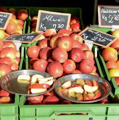 Wochenmarkt in Hamburg Neugraben, Marktstand mit frischen roten Äpfeln.