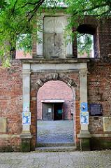 Reste der barocken Dreifaltigkeitskirche in der neuen Straße von  Hamburg-Harburg; die  im Krieg zerstörte Kirche wurde 1652 errichtet. Das historische Portal steht vor dem Neubau der Dreifaltigkeitskirche und steht als Kulturdenkmal Hamburgs unter D