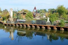 Blick über den Assmann Kanal in Hamburg Wilhelmsburg; Kleingärten an der Rothäuserstraße werden abgerissen.