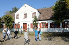 Ehemaliger Gasthof / Burgkrug am Mühlenteich in Trittau, das 1695 erbaute Gebäude steht unter Denkmalschutz und wird jetzt als Wohnhaus genutzt
