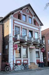 Historisches Baudenkmal in der Straße Müggenburg im Hamburger Stadtteil Finkenwerder; Wohnhaus mit Gaststätte errichtet um 1895.