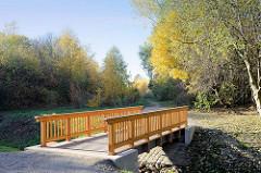 Neu errichtete Holzbrücke über den Jenfelder Bach, direkt neben der Autobahn A 24 im Hamburger Stadtteil Jenfeld.