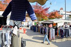 Marktstände auf dem Wochenmarkt in Hamburg Wilhelmsburg / Stübenplatz; Stand mit Bekleidung.