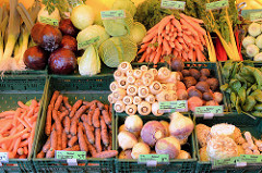 Marktstand mit Obst und Gemüse auf dem  Wochenmarkt in der Großen Bergstraße, Stadtteil Hamburg Altona / Altstadt; Kisten mit Bio-Gemüse, unterschiedliche Kohlsorten sowie Bio Pastinaken.