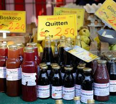 Wochenmarkt im Hamburger Stadtteil Neugraben-Fischbeck, Marktstand mit Obst, z. B. Quitten und Boskop-Äpfel sowie  Fruchtsäfte / Fliederbeersaft in Flaschen.