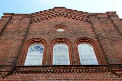 Giebel der ehemaligen Synagoge In Boizenburg/Elbe, kleine Wallstraße - rundes Fenster mit Symbol der Freimaurerei. Das Gebäude war bis 1892 der religiöser Versammlungsort der jüdischen Gemeinde. Danach wurde das historische Gebäude bis 1934 von der
