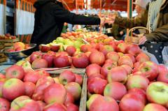 Obststand mit frisch geernteten Äpfeln auf dem Wochenmarkt am Moorhof im Hamburger Stadtteil Poppenbüttel.