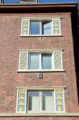 Baudenkmal in der Mergellstraße von Hamburg Harburg, der Siedlungsbau wurde 1928 errichtet. Die jetzt denkmalgeschützten Wohngebäude wurden von dem Architekten Ernst Schnell entworfen. Den Fassadenschmuck / keramischen Bauschmuck hat Richard Kuöhl ge