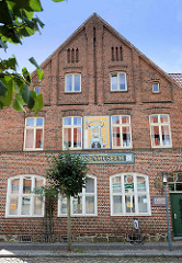Erstes deutschen Kachelmuseum in Boizenburg - Kachelbild einer Friktions-Fliesenpresse an der Fassade des Gebäudes in der Reichenstraße.
